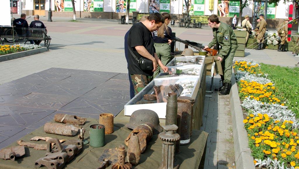 Свидетельства парашютистов, фляжки бойцов Красной Армии, саперные лопатки, фото жетонов из смерте