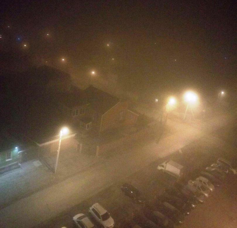Эмилия отмечает, что город накрыло странным туманом с запахом промзоны. Очевидцы сообщают, в райо