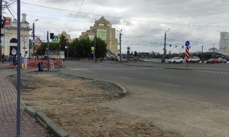 Участок старинной мостовой на площади Ярославского в Челябинске, вдоль улицы Труда,