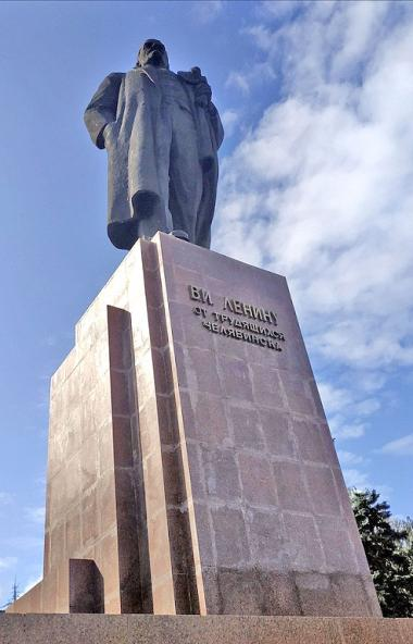 Памятник Ленину на площади Революции Челябинска, пугающий местных жителей подтеками на постаменте