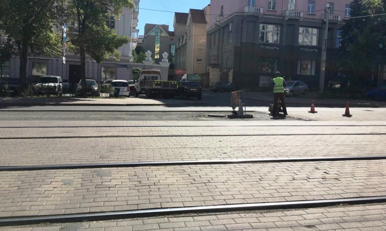 В Челябинске на улице Цвиллинга дорожники вскрыли недавно уложенное покрытие. Фотографию в редакц