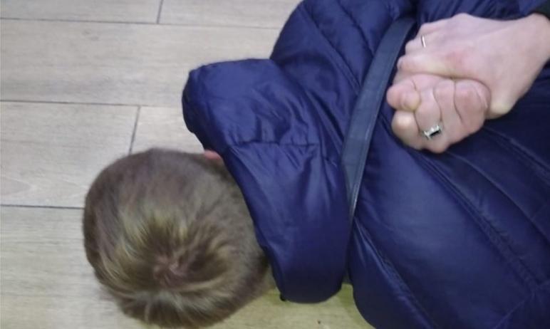 В Челябинске задержаны двое парней, которые вооружившись ножом и пистолетом, угрожали покупателям