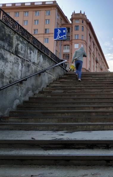 В Челябинске закончен ремонт подземного перехода на площади Революции с выходом к жилому дому, в