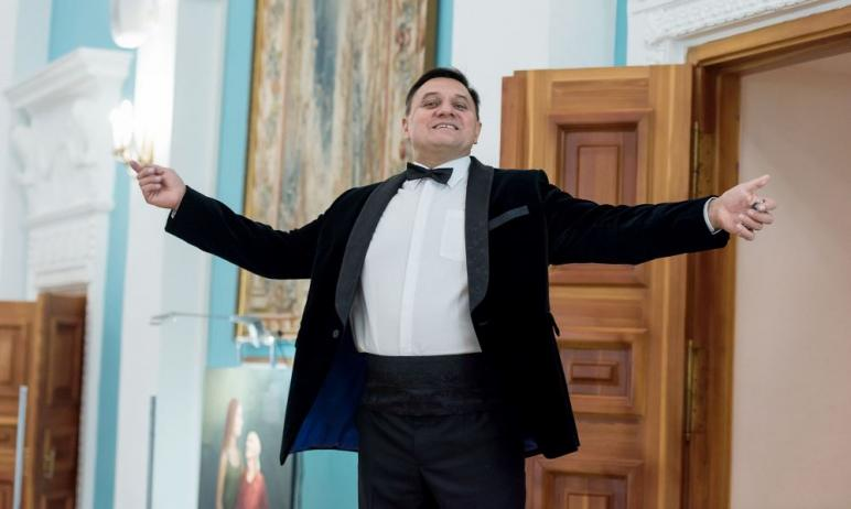 Жизнь известного дирижера Уральского духового оркестра Игоря Ежова разделилась н
