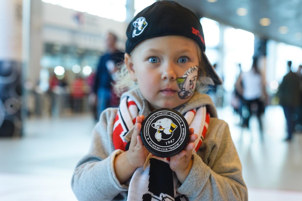 Челябинский «Трактор» ищет родителей юной болельщицы. Для маленькой фанатки «черно-белых» пригото