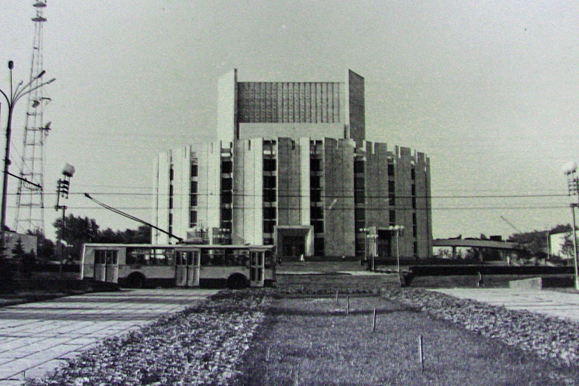 Это здание строилось почти 10 лет (с 1973 по 1982 год). Оно завершило архитектурный ансамбль глав