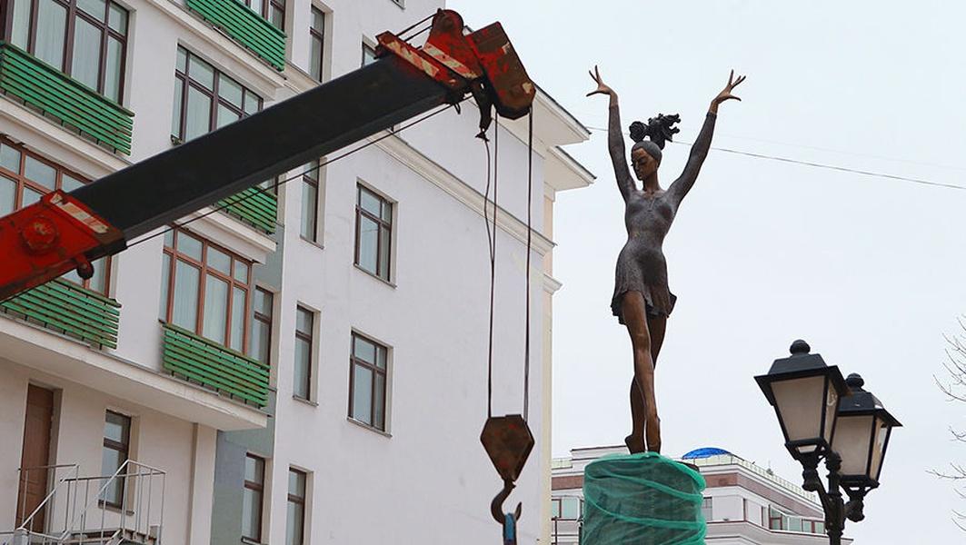 Памятник, создал челябинский скульптор, заслуженный художник России Виктор Митрошин. Плисе