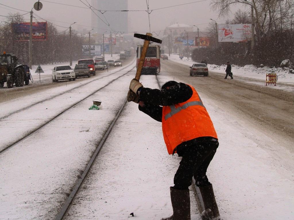 Дороги Челябинска в этом году обрабатывают той же смесью, на которую жалуются водители. Глава обл