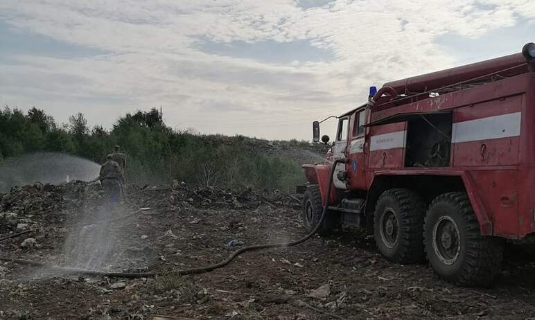 В Чебаркульском районе (Челябинская область) горит мусорная свалка, расположенная в карьере рядом