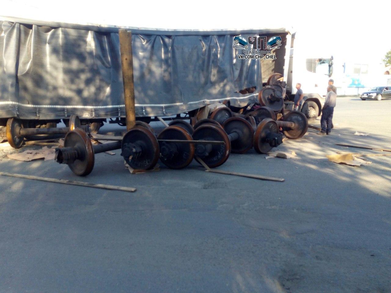 Сегодня утром на Троицком тракте в районе Коркино перевозимый груз потеряла Газель. Как рассказыв
