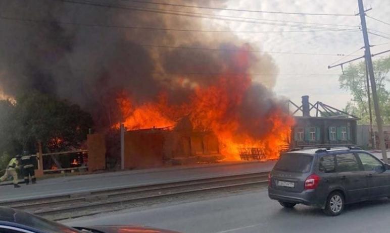 В Челябинске пожарным удалось предотвратить распространение пламени на частные дома из-за вспыхну
