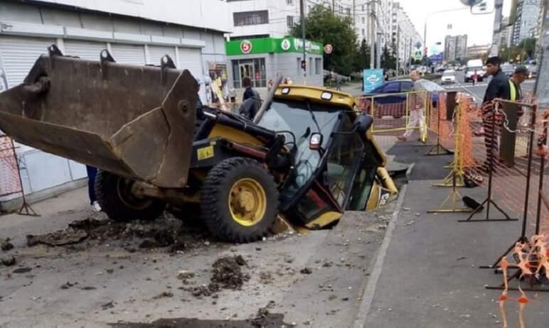 В Челябинске на Комсомольском проспекте трактор провалился под землю. Разрушенный участок будет в