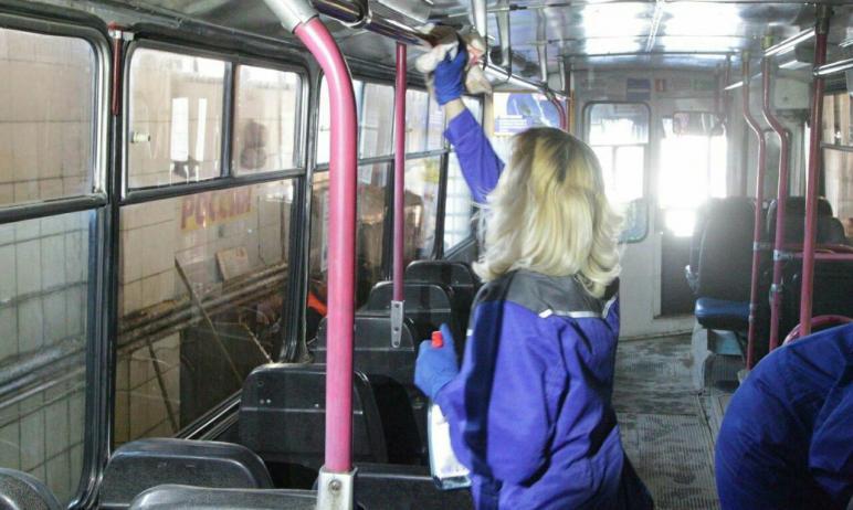 В Челябинске ежедневно моют автобусы, троллейбусы и трамваи. Об этом сегодня, 19 апреля, на аппар