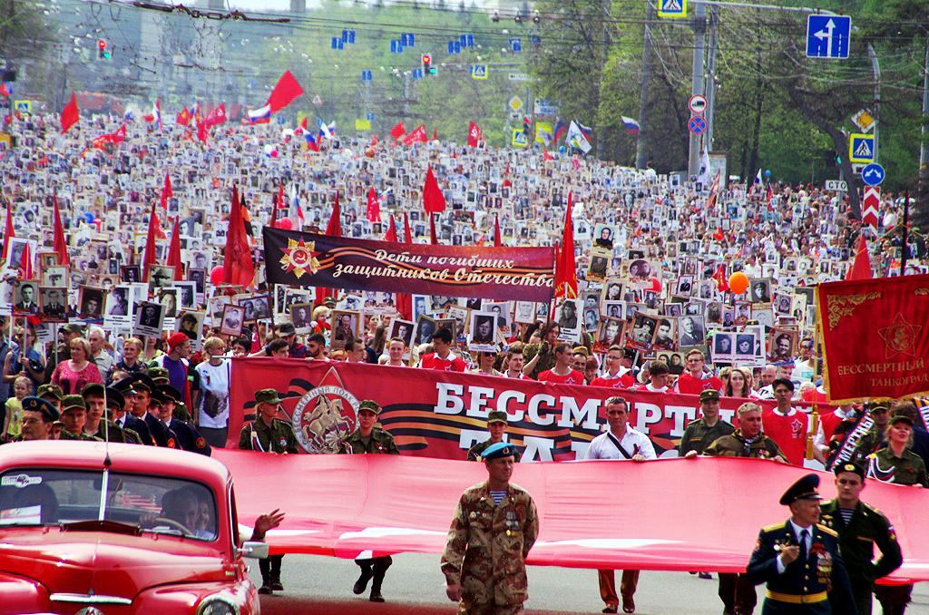 Более 80 тысяч человек с портретами своих предков-фронтовиков прошли в рядах «Бессмертного полка»