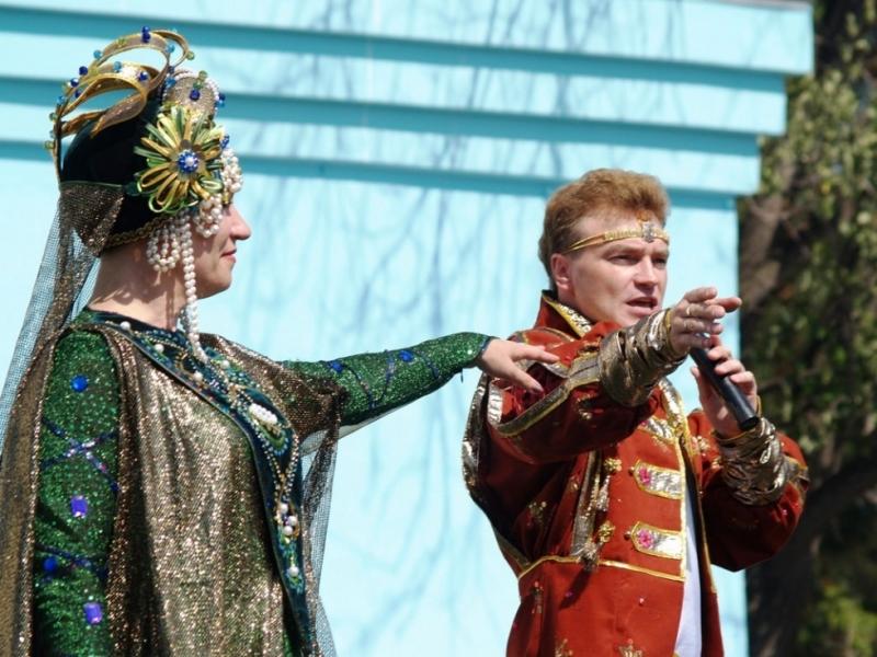 Гостей по традиции встречали герои сказов: Данила мастер, Хозяйка медной горы, дед Кокованя с вну