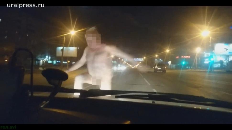 Пользователь Руслан Мухарамов выложил видео в YouTube. Инцидент произошел ночью не