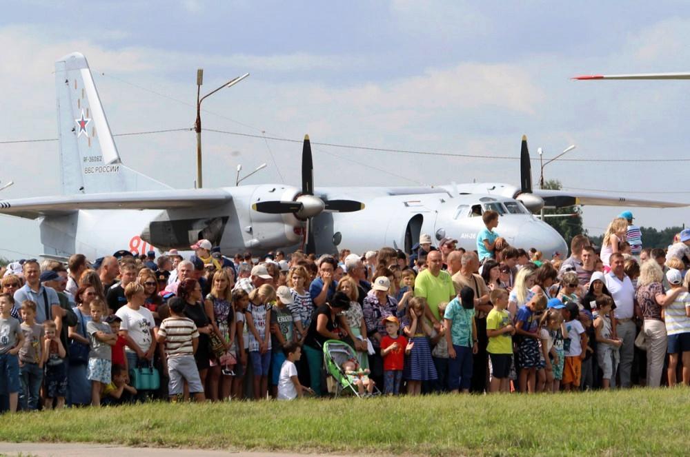 Традиционно празднование началось с построения личного состава авиационного гарнизона на летном п