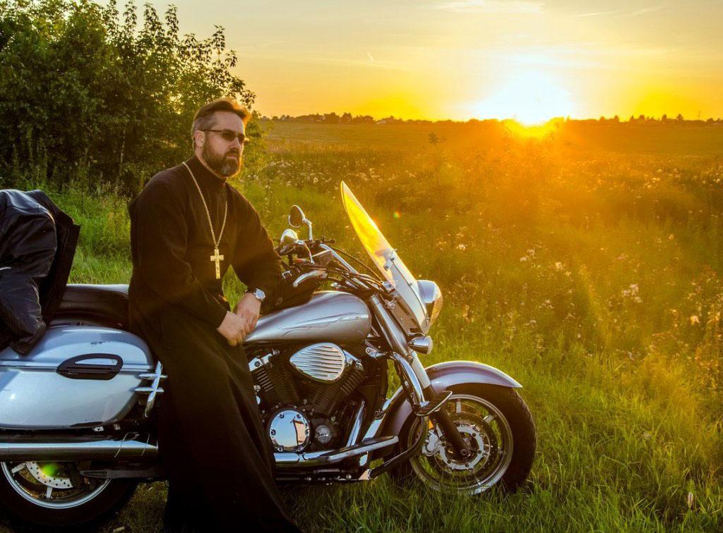 Иерей Иоанн Карабидович, клирик храма Александра Невского на Алом поле в Челябинске отправляется