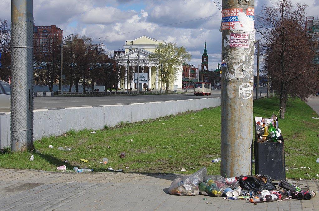 Субботники в Челябинске продлятся до 1 июня. В массовой уборке областного центра уже приняли учас