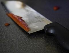 Семья из четырех человек в своей квартире подверглась нападению неизвестного, вооруженного ножом,