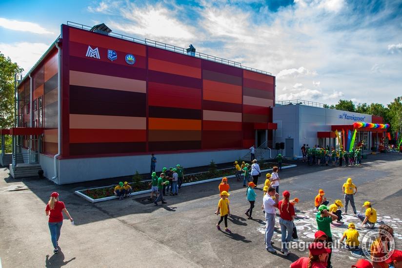Объемно-пространственные и архитектурные решения здания вместимостью до 350 человек выполнены с у