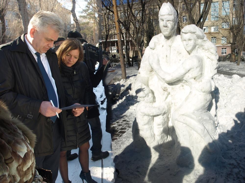 Студенты с удовольствием становятся на один день скульпторами и воплощают в ледовых и снежных фиг