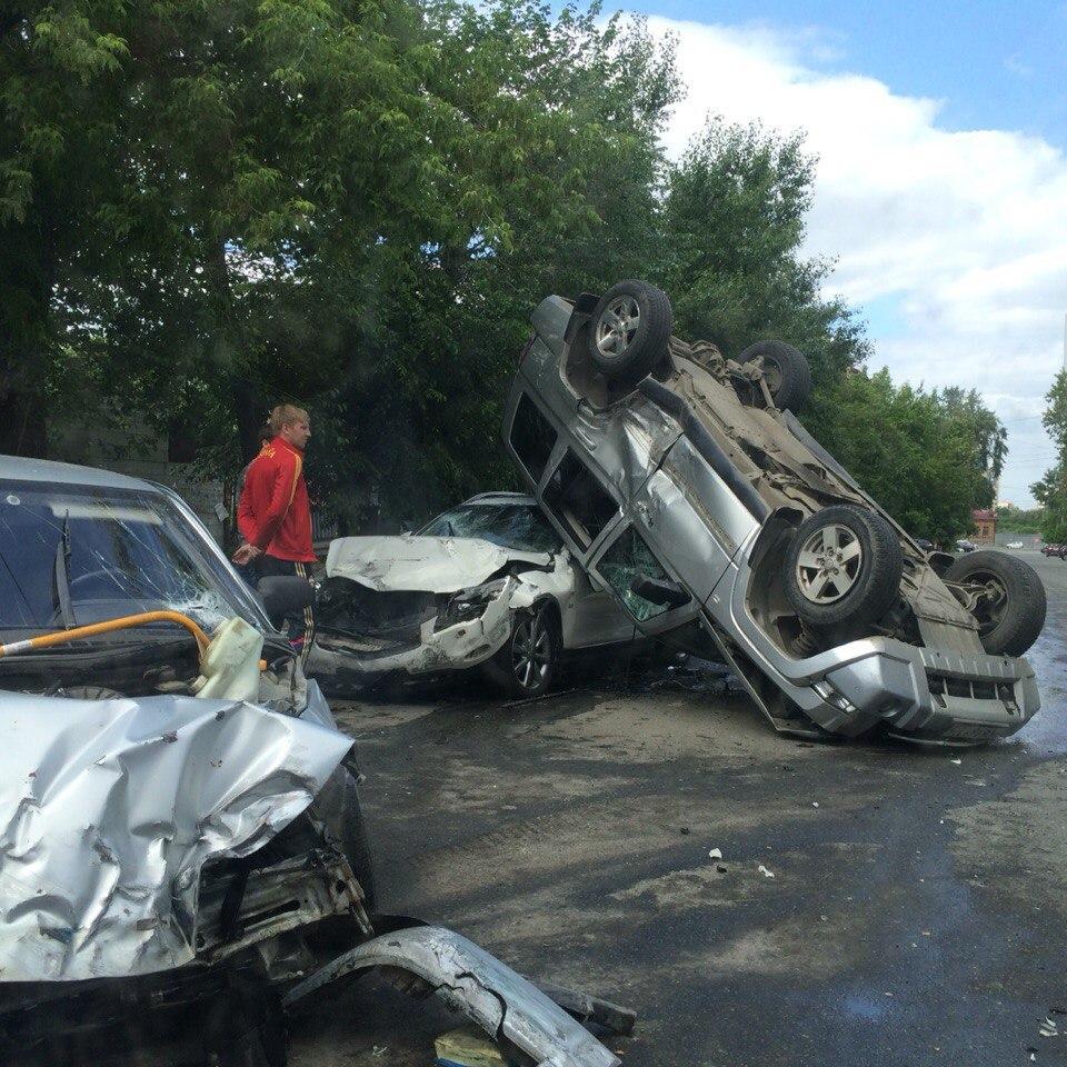 Как сообщили агентству «Урал-пресс-информ» очевидцы, ДТП произошло на пересечении улиц Карла Марк