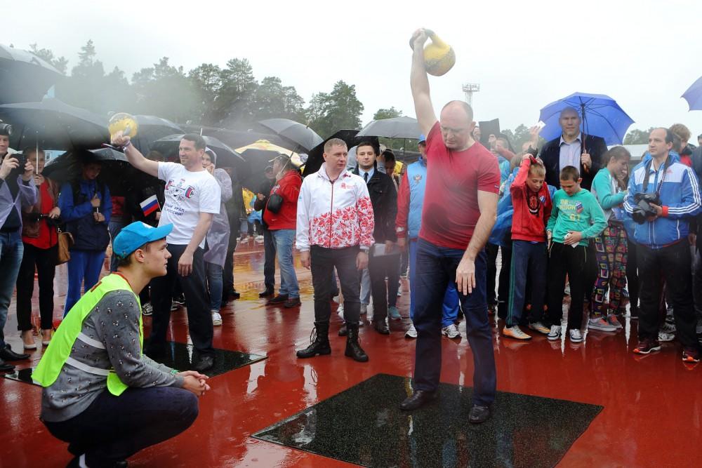 В Челябинске стало доброй традицией сдавать нормы ГТО в День России. И в нынешнем году ненастье н
