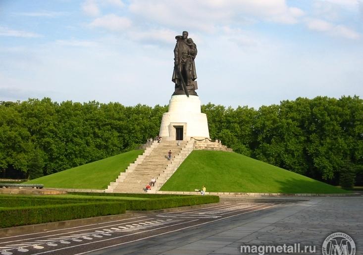Установленный в Берлине в Трептов-парке бронзовый русский солдат с мечом и спасенной немецкой дев