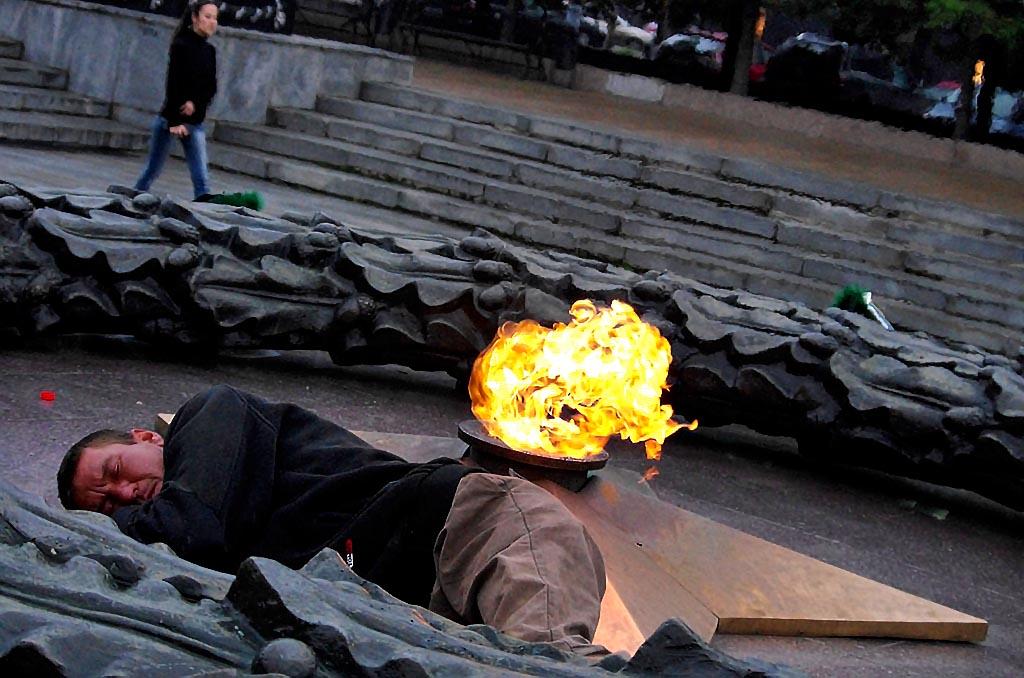 В Коркино (Челябинская область) неизвестные на Аллее Памяти потушили Вечный огонь вечером в воскр