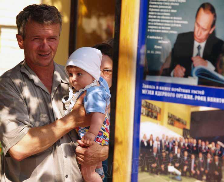Среди переданных президенту 213 тысяч подписей 4400 – от жителей Челябинской области. Родители во