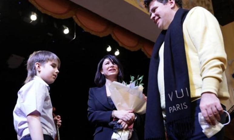 В Челябинске пианист-виртуоз Денис Мацуев встретился с девятилетним Арсением, на которого соседи