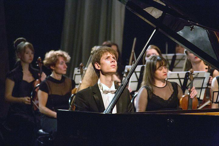 Имя 25-летнего пианиста уже известно в музыкальных кругах его родного Челябинска. В оперном театр