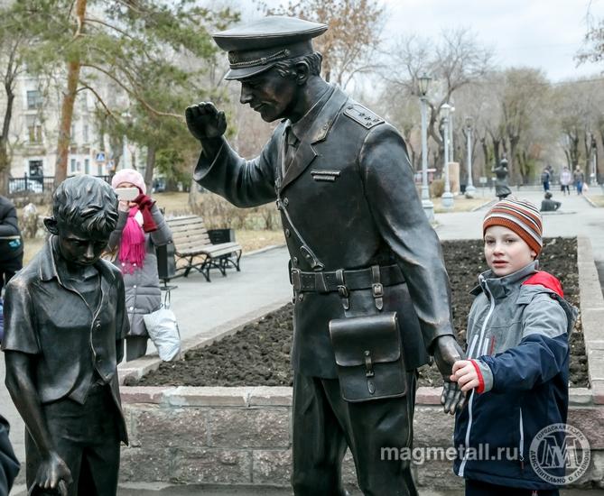 В Магнитогорске (Челябинская область) торжественно открыли памятник народному милиционеру, сообща