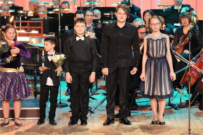 Александр проходил обучение в Центре музыкального образования «Камертон» в Магнитке, в классе пре