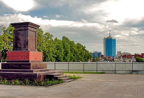 Постамент для памятника был готов еще в прошлом году в сквере возле зала органной и камерной музы