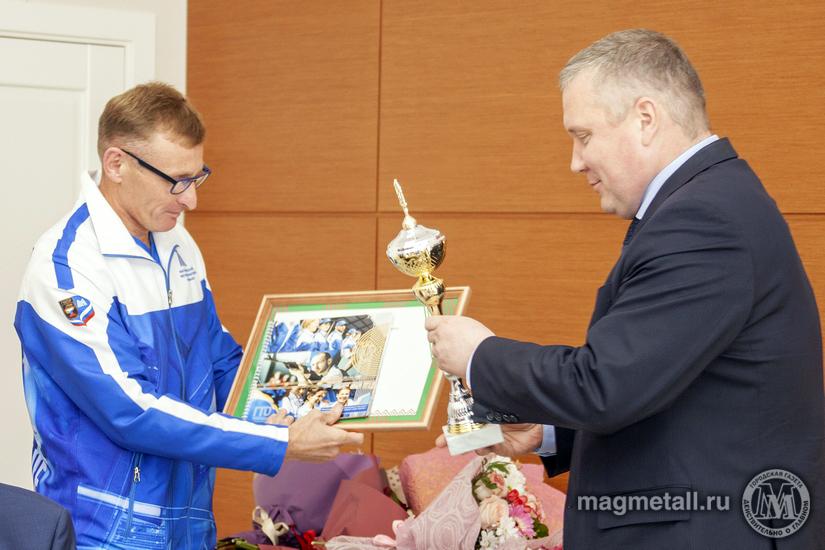 Генеральный директор ПАО «ММК» Павел Шиляев встретился со сборной командой комбината, успешно выс