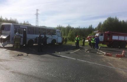 Два человека погибли и девять пострадали в результате столкновения рейсового автобуса и бензовоза
