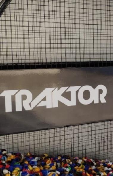 Перед билетными кассами ледовой арены «Трактор» установили контейнер в форме шайбы для сбора испо