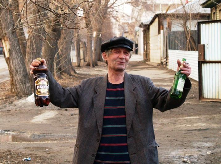 Как пишет газета, падение коснулось практически всех спиртных напитков — водки, ликеров, коньяков
