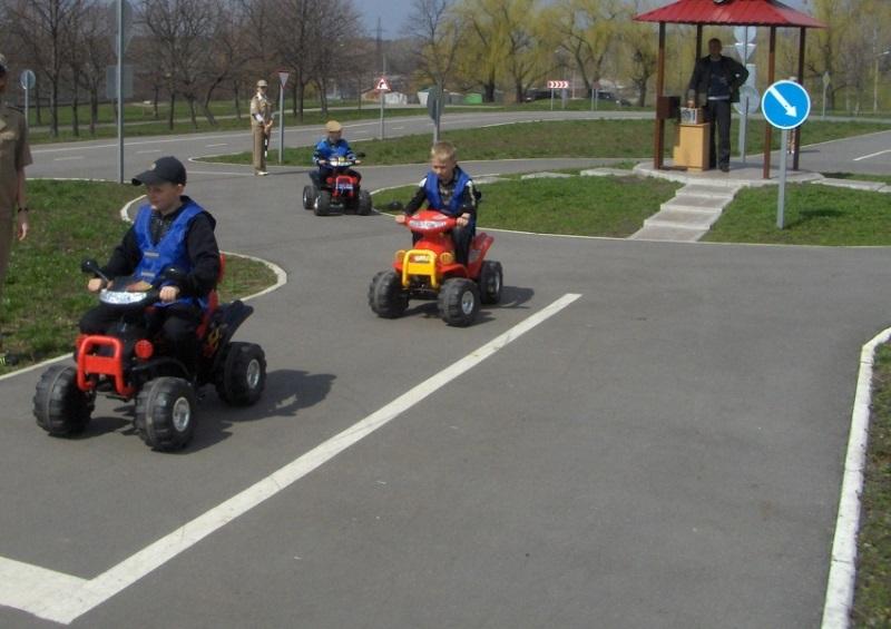 Молодым родителям стоит вспомнить те радостные эмоции, когда в детстве поездка на мини-машинке по