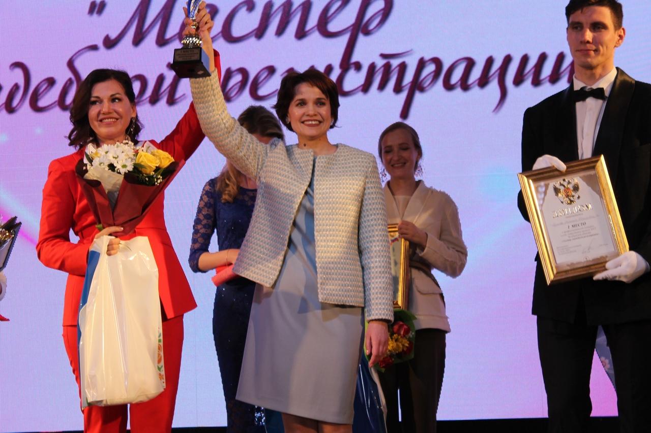 В Челябинской области выбрали лучшего мастера свадебной регистрации. Абсолютной победительницей к