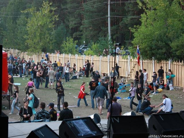 По словам очевидцев, все они прибыли на машинах, прошли на территорию лагеря Зои Космодемьянской