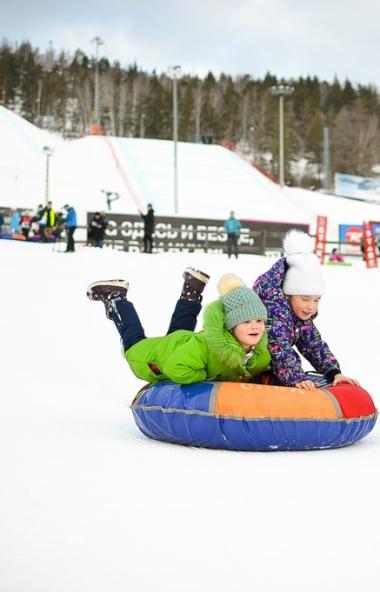 Ежегодно южноуральский горнолыжный курорт принимает участие в международном празднике снега и дет