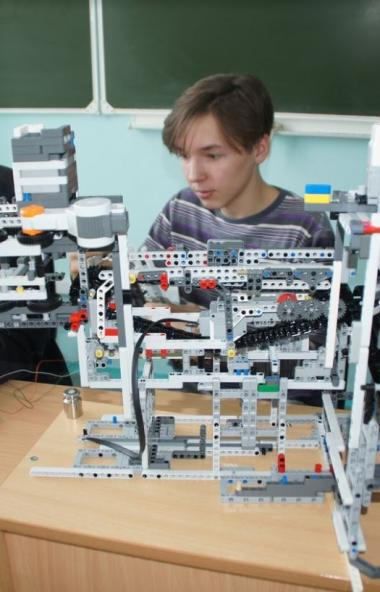Команда робототехникиков подшефной компании «Равис» Рощинской средней школы (Сосновский район) ст