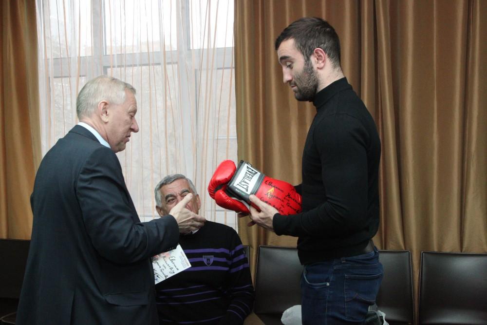 Встреча градоначальника с боксером стала первой, после того, как Гассиев победил поляка Кшиштофа