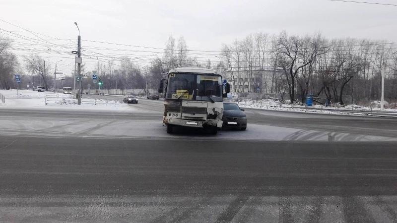 Авария случилась около трех часов дня около дома № 1А. Водитель легкового автомобиля, мужчина 197