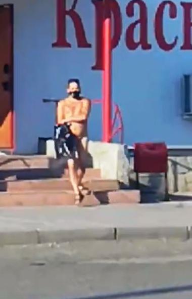 В Озерске (Челябинская область) мужчина отправился в алкомаркет абсолютно голый. Но при этом он н