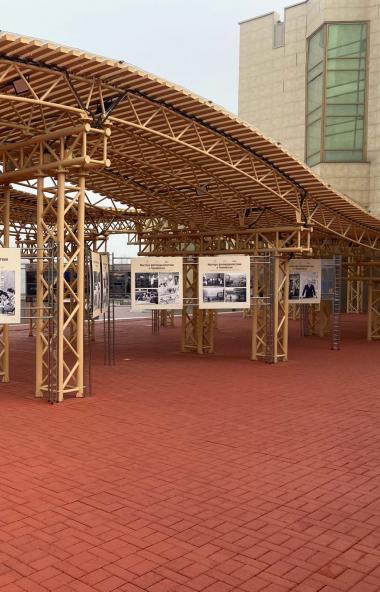 В Челябинске в уличной экспозиции «Открытый мир» размещены две новые фотовыставки. «Мастера фотож