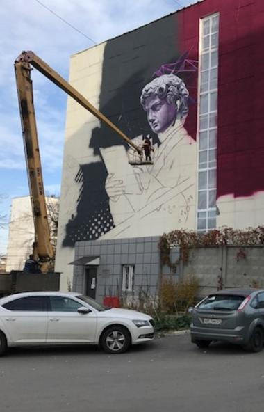 В Челябинске на одном из зданий гостевого маршрута появился необычный стрит-арт с изображением ци